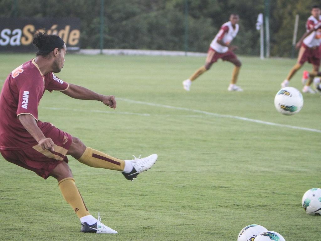 Ronaldinho Gaúcho treina cobrança de falta na Cidade do Galo (28/6/2012)
