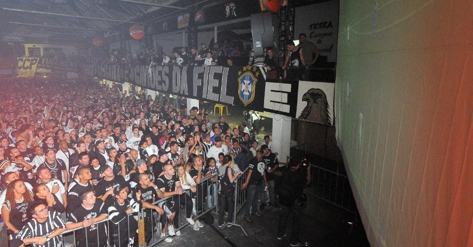 Telão foi instalado na sede da Gaviões da Fiel e torcedores vibraram com empate por 1 a 1 com o Boca Juniors