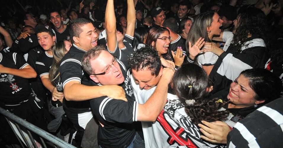 Torcedores do Corinthians vibram com empate por 1 a 1 com o Boca Juniors no primeiro jogo da decisão da Libertadores