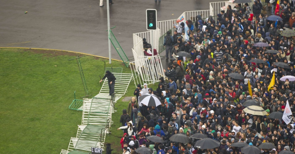 28.jun.2012 - Uma nova manifestação de estudantes chilenos terminou em confronto com a polícia nesta quinta-feira (28), em Santiago. Segundo agências internacionais, milhares de estudantes protestavam contra o governo e por mudanças no sistema público de ensino