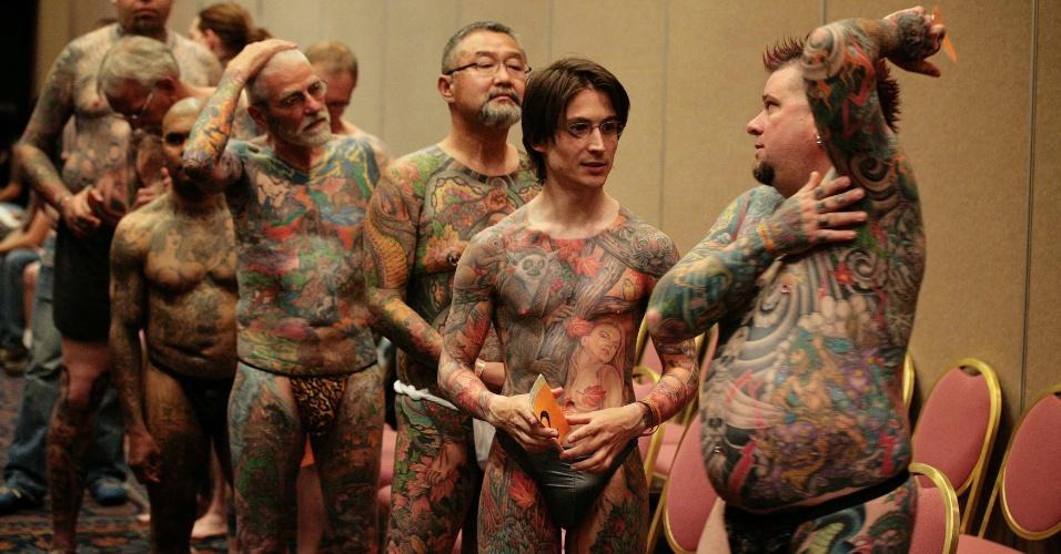 13.abr.2012 - Competidores de um concurso de tatuagem conversam antes de se apresentarem ao júri, num festival de tatuagem em Ohio (EUA)