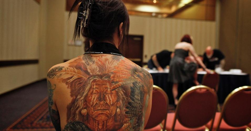 13.abr.2012 - O belga Evelyne Greenwald espera sua vez para ser avaliado num concurso de tatuagens em Ohio (EUA). Greenwald viajou à Ucrânia para tatuar a imagem de cabalos, pássaros e índios americanos com o tatuador Dmitriy Samohin