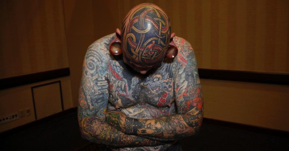 14.abr.2012 - Robert Seibert, 62, mostra uma tatuagem no estilo celta feita em sua cabeça, ao participar de um festival de tatuagem em Ohio (EUA)
