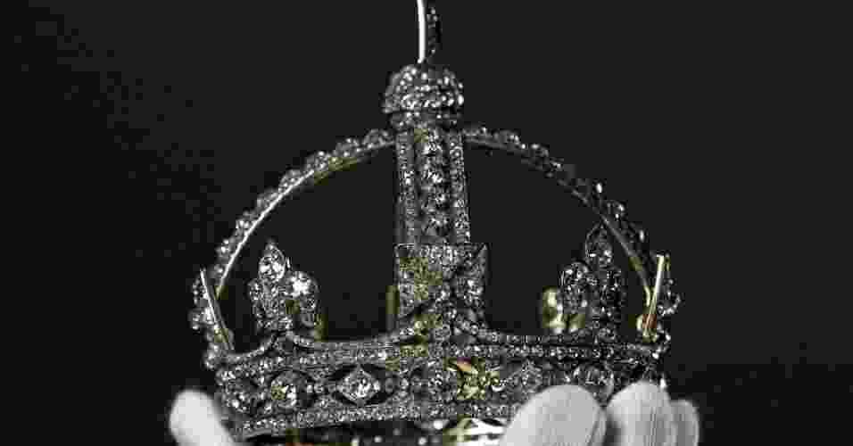 29.jun.2012 - Coroa de diamantes pequena da rainha Victoria, um dos mais de 10.000 itens ornados de joias que serão exibidos ao público no Palácio de Buckingham a partir de sábado (30). A mostra é parte das comemorações pelo jubileu de diamante da rainha Elizabeth 2ª, que neste ano completa seu 60º aniversário no trono do Reino Unido - Stefan Wermuth/Reuters - 15.mai.2012