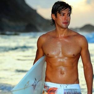 Leonardo Romanzeira anda na praia