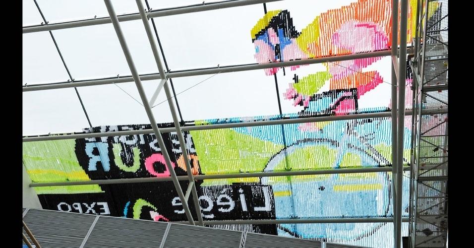29.jun.2012 - Parte de uma arte composta por 450.000 post-its coloridos formam a imagem de um ciclista no teto do shopping Les Galeries Saint Lambert, em Liege, na Bélgica. O trabalho bateu o recorde anterior de uma imagem feita com 150.000 post-its