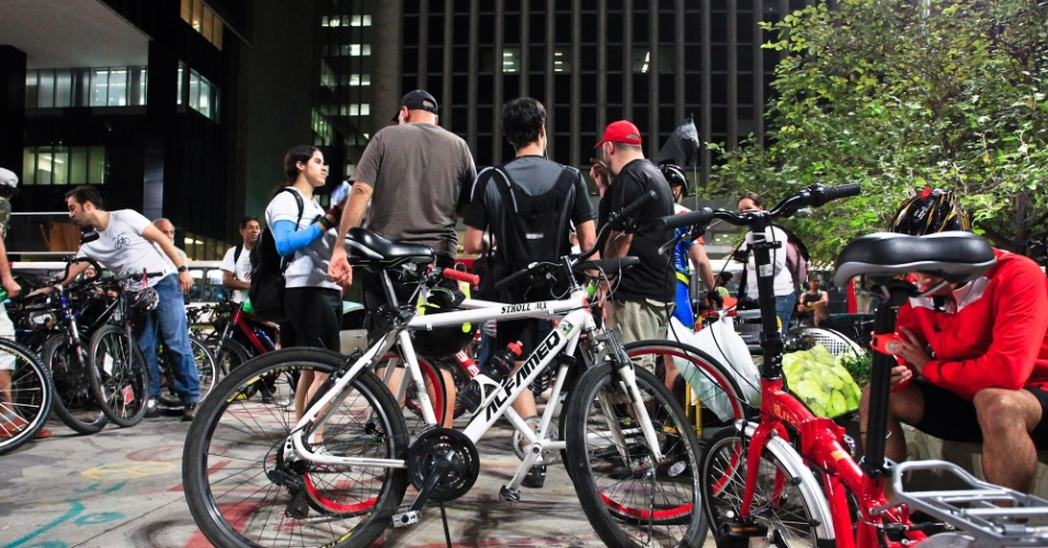 29.jun.2012- Ciclistas celebram dez anos de história da primeira bicicletada em São Paulo