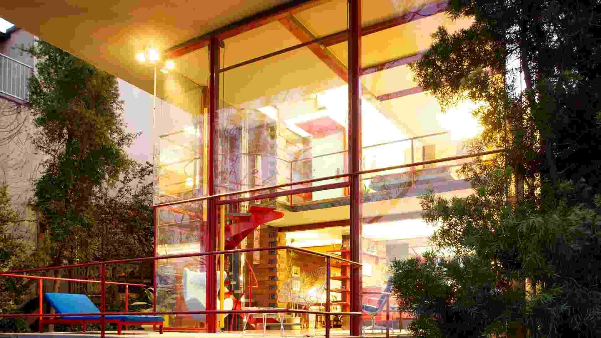 A fachada da casa dos anos 50, Allyn Morris Studio, que parece uma grande caixa de vidro - somente a cobertura para o carro é feita de tijolo. Com 95 m², a residência foi projetada pelo arquiteto Allyn Morris  - Ethan Pines/The New York Times