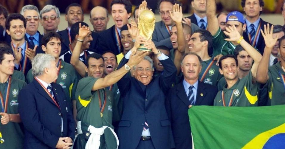 Ao lado dos jogadores e do técnico Luiz Felipe Scolari, o então presidente Fernando Henrique Cardoso ergueu a Copa do Mundo durante visita da seleção ao Palácio do Planalto.