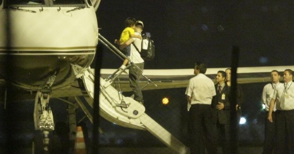 "Casper Smart, namorado de Jennifer Lopez, desembarca no aeroporto de Fortaleza, Ceará, onde a cantora apresentará o show ""Dance Again"" no mesmo palco que Ivete Sangalo (29/6/12)"