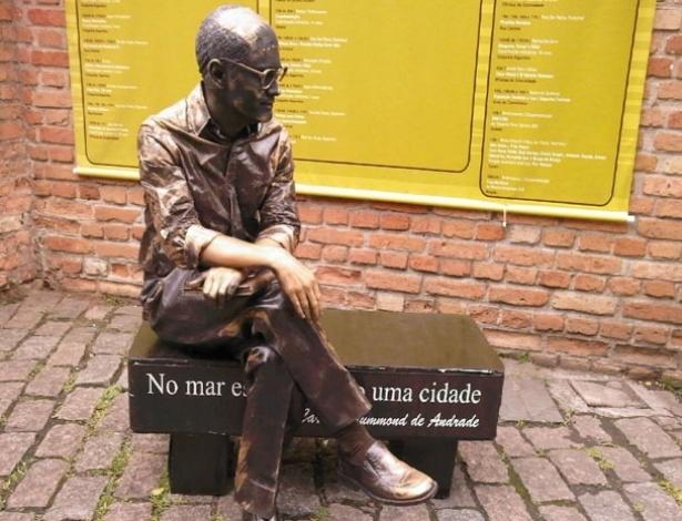 Estátua viva de Carlos Drummond de Andrade que estará na Flip 2012 - Divulgação