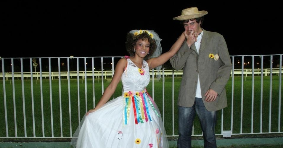 Felipe Dylon e Aparecida Petrowky se casaram de mentirinha em festa junina no Rio (29/6/12)