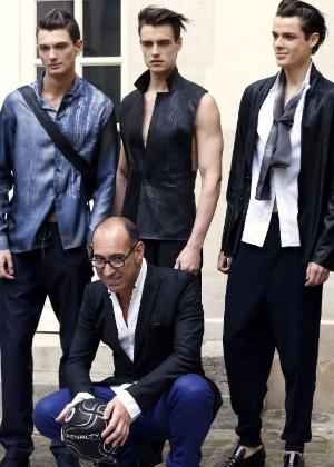 29.jun.2012 - Gustavo Lins e modelos ao fim do desfile do estilista para o Verão 2013, na semana de moda masculina de Paris - François Guillot/AFP