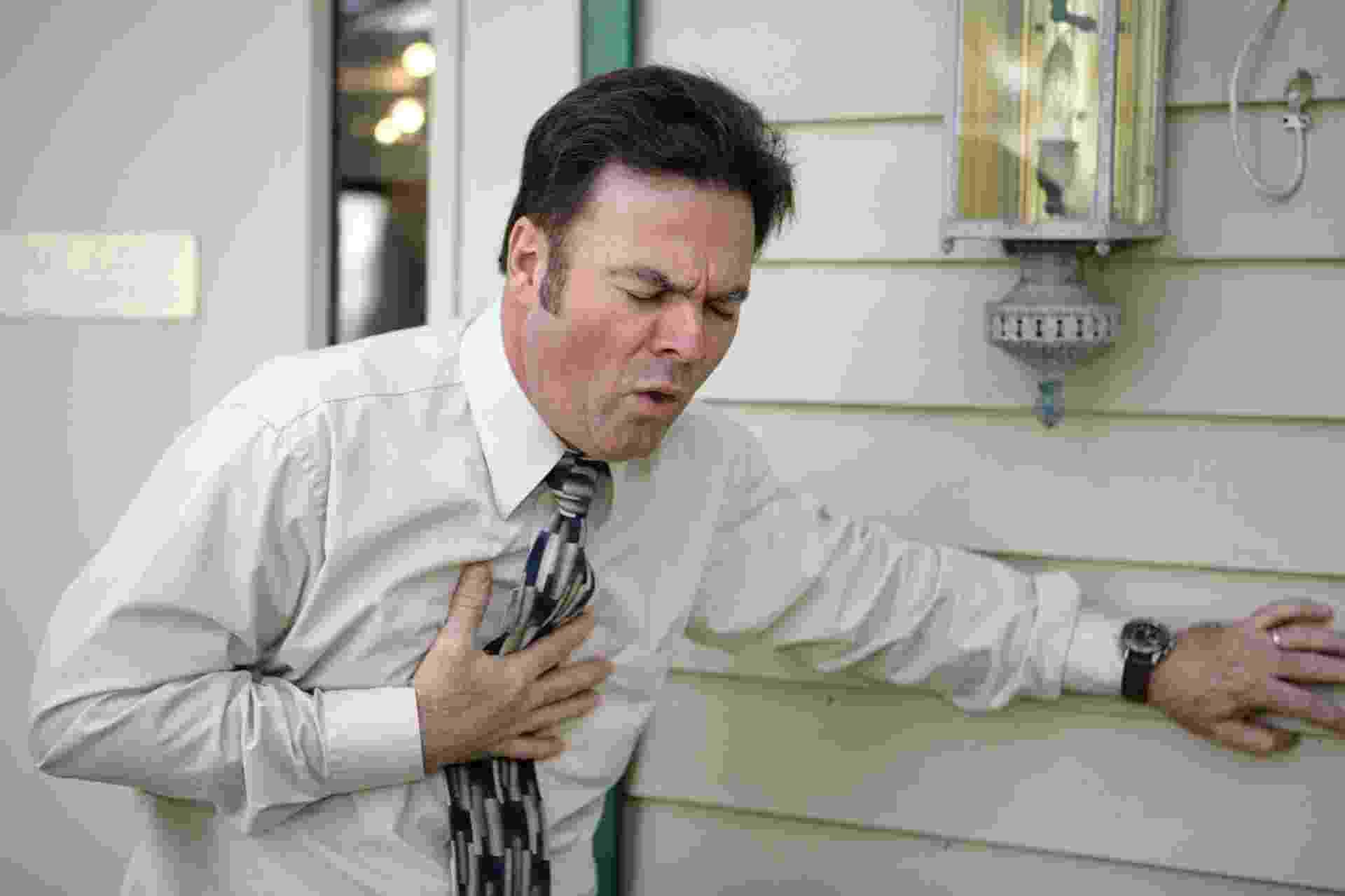 Homem tossindo, homem passando mal, infarto - Thinkstock