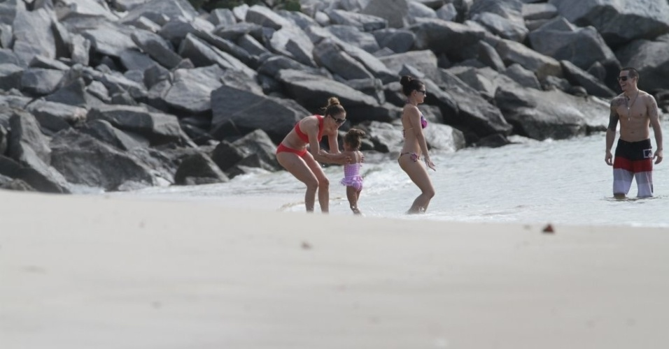 Jennifer Lopez brincou com a filha Emme na praia em Fortaleza (29/6/12)