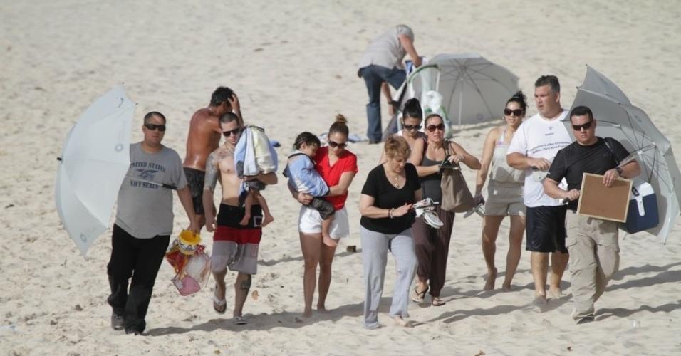 Jennifer Lopez deixou praia em Fortaleza acompanhada de sua equipe (26/6/12)