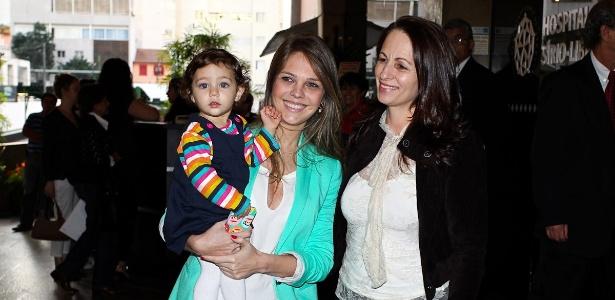 Thaís Gebelein e a filha, Maria Sophia, visitaram o cantor Pedro Leonardo no hospital Sírio-Libanês, em São Paulo (29/6/12)