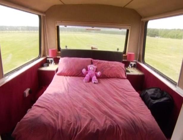 30.jun.2012 - Jovem casal transforma ônibus em lar no Reino Unido