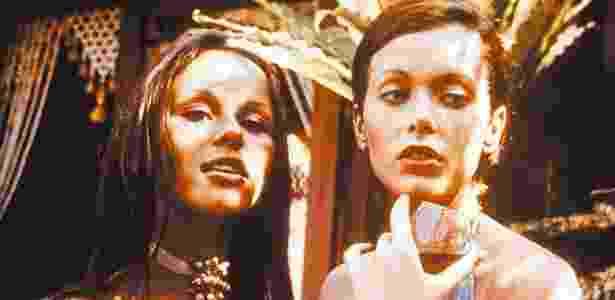 """A atriz Sylvia Kristel (dir.), em cena do filme """"Emmanuelle"""" (1974), do diretor Just Jaeckin - France Presse"""