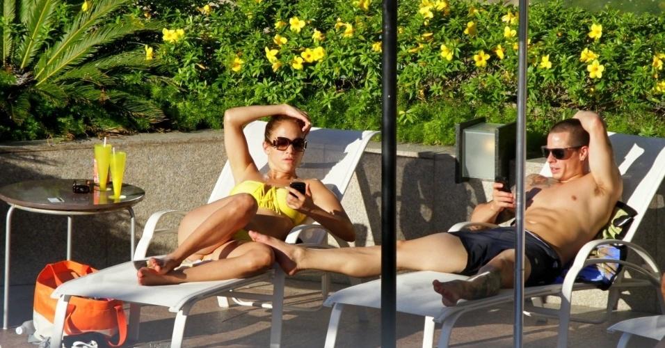 Antes do show, a cantora Jennifer Lopez pega sol em piscina de hotel com namorado em Fortaleza, no Ceará (30/6/12)