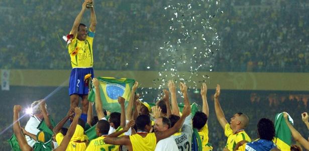 Cafu ergue a taça na conquista do pentacampeonato mundial da seleção brasileira, em 2002