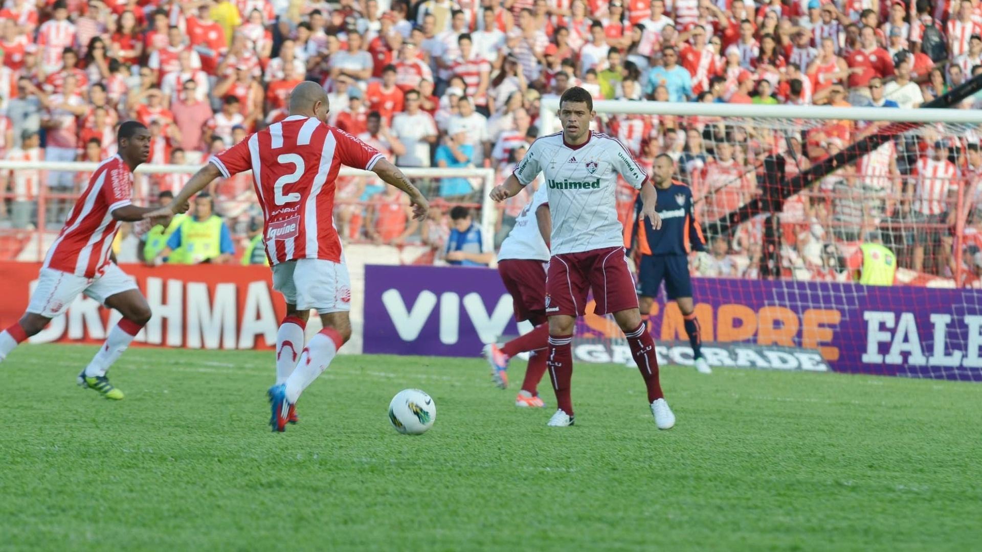 Edinho, do Fluminense, tenta barrar avanço do ataque do Náutico em jogo realizado neste sábado