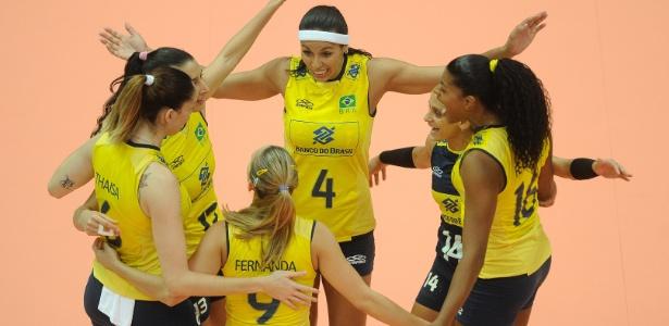 Jogadoras da seleção brasileira de vôlei comemoram a vitória contra a Tailândia