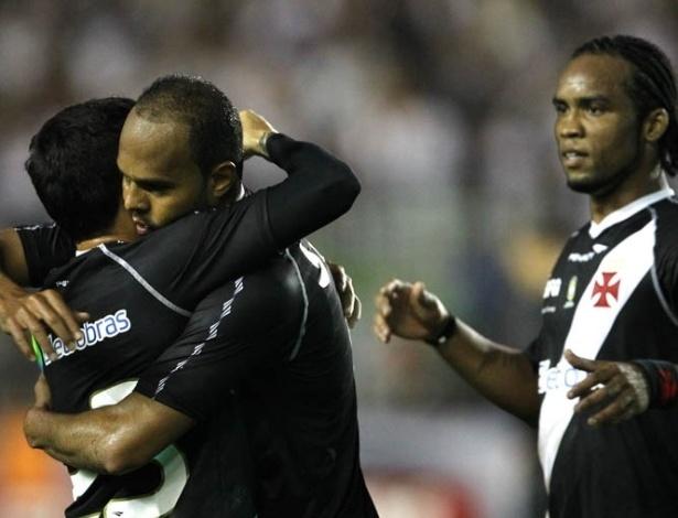 Jogadores do Vasco se abraçam após gol diante da Ponte Preta, em partida válida pelo Brasileirão