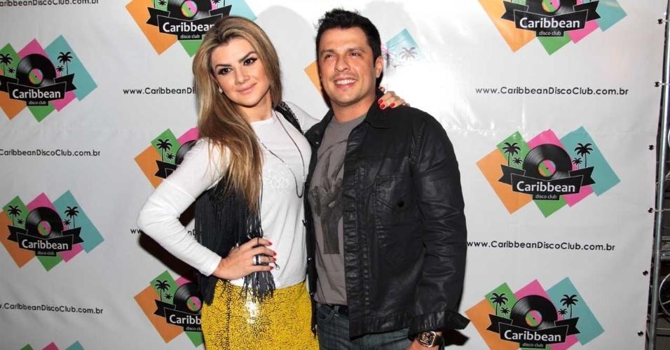 """Mirella Santos e o marido, Wellington Muniz chegam a inauguração da casa noturna de Rodrigo Scarpa, colega de Muniz no programa """"Pânico na Band"""","""