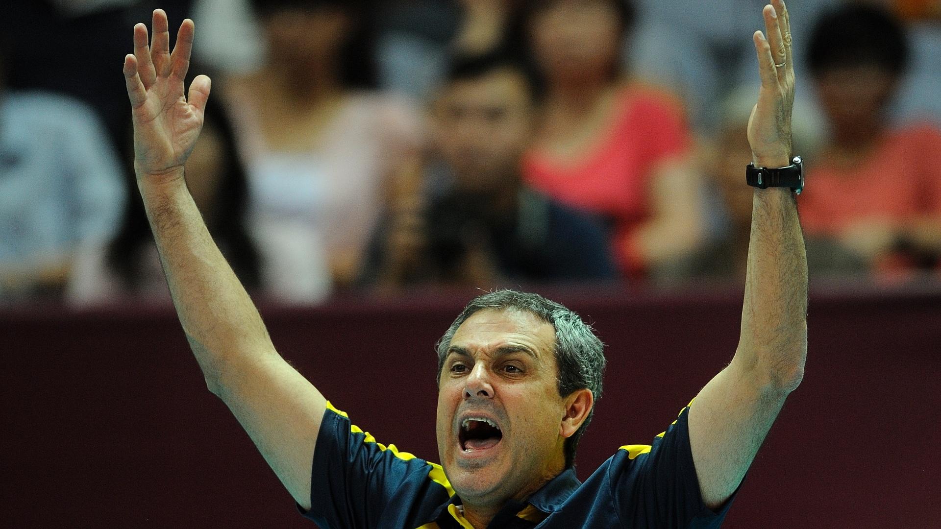O técnico brasileiro José Roberto Guimarães gesticula durante duelo pelo Grand Prix
