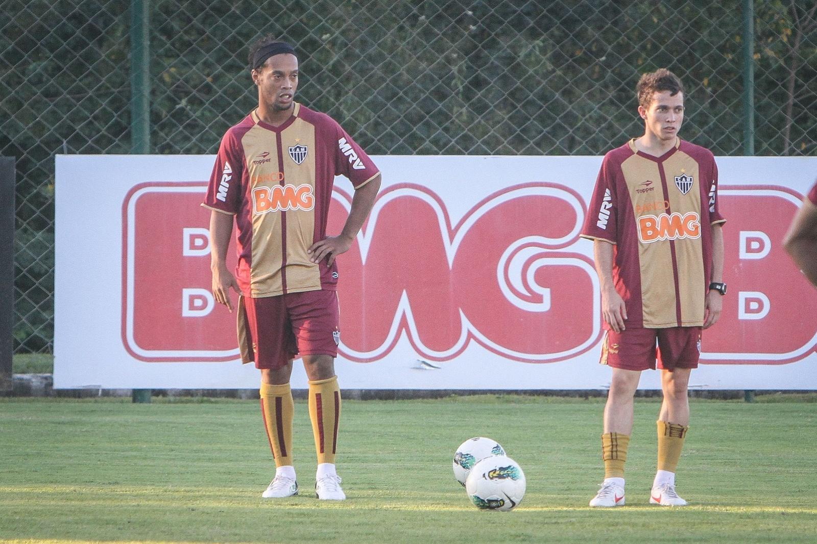 Ronaldinho Gaúcho e Bernard treinam bola parada na Cidade do Galo