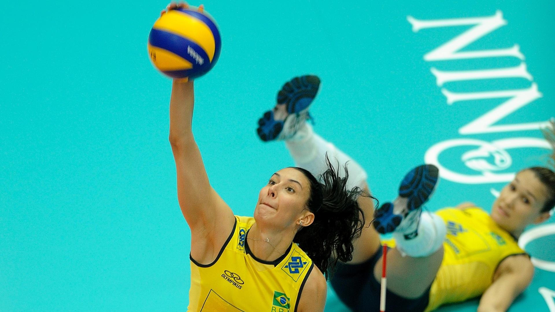 Sheilla, um dos destaques do Brasil no jogo, sobe para atacar