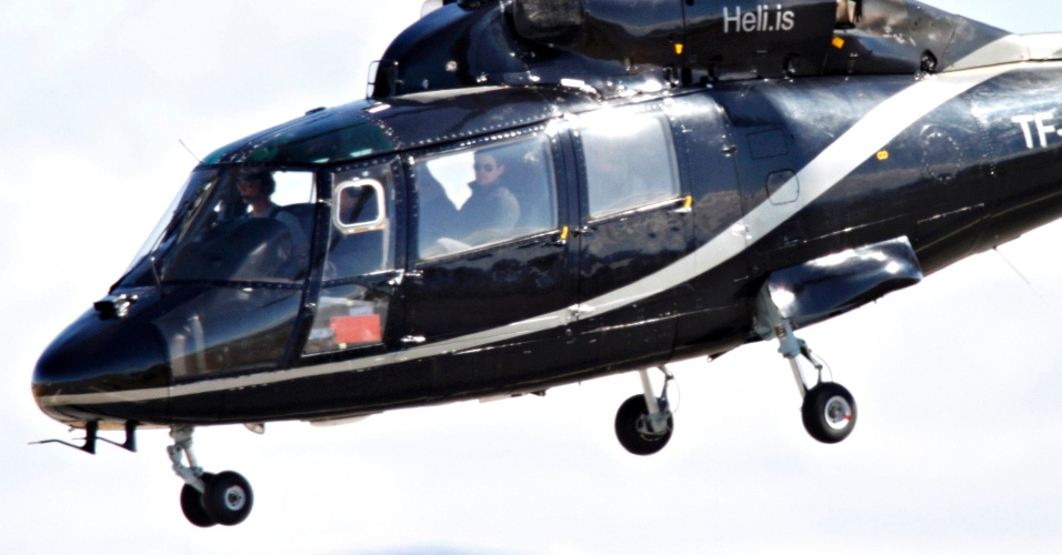 """Tom Cruise é visto em um helicóptero na Islândia pela primeira vez após Katie Holmes pedir o divórcio. O ator está no país filmando seu novo longa, """"Oblivion"""" (30/6/12)"""