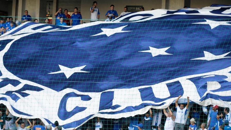 Torcida do Cruzeiro estende bandeira com o escudo do clube durante jogo contra o São Paulo - Douglas Magno/VIPCOMM