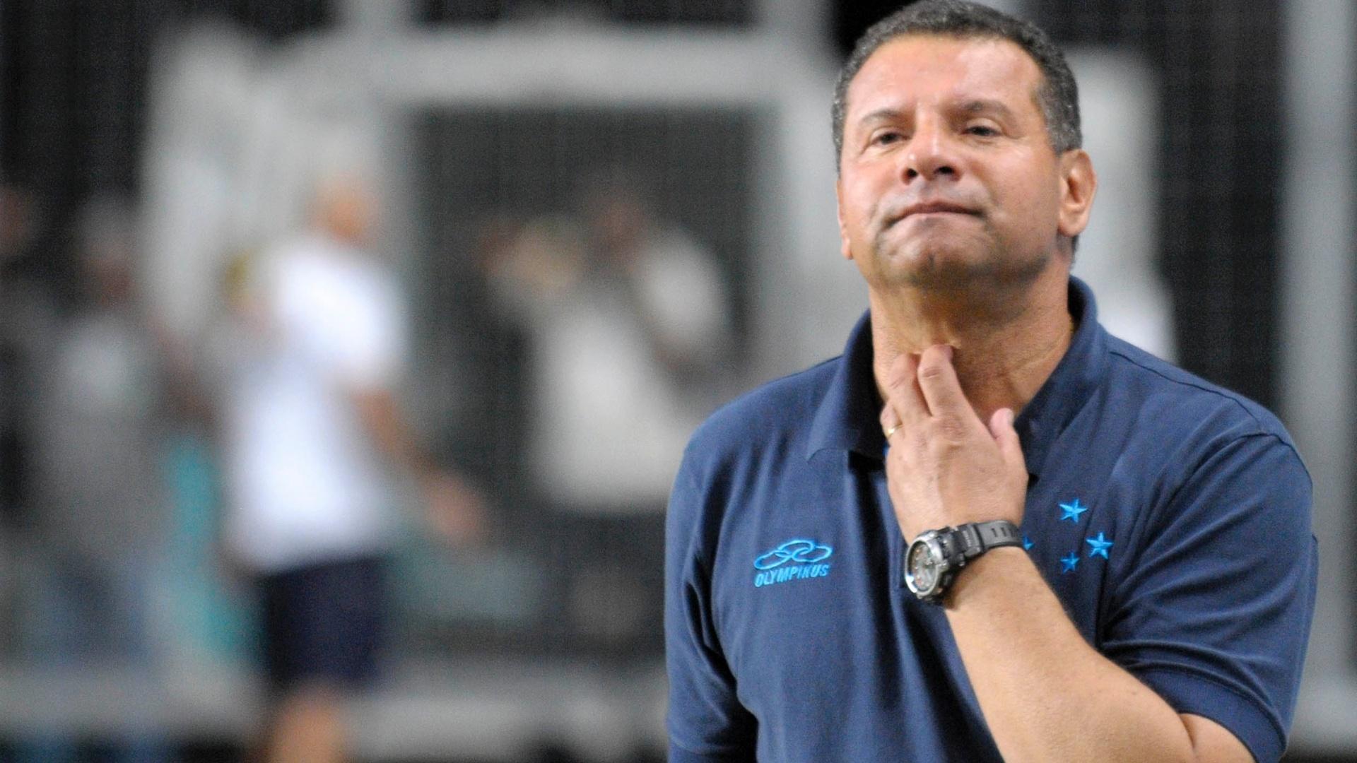 Treinador do Cruzeiro Celso Roth observa partida contra o São Paulo, pelo Campeonato Brasileiro