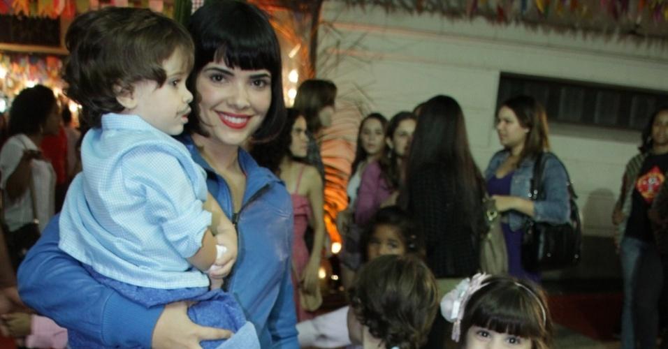 """Vanessa Giacomo chega com os filhos ao """"Arraiá da Providencia"""", que aconteceu no Jockey Club, na zona sul do Rio."""