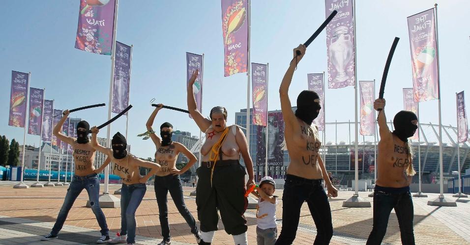 1º.jul.2012 - Ativistas do grupo feminista Femen protestam contra a participação do presidente da Bielorrússia, Alexander Lukashenko, no jogo final da Eurocopa 2012