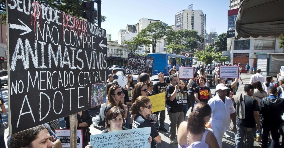 1.jul.2012 - Ativistas dos direitos dos animais organizam manifestação neste domingo (1) no Mercado Central de Belo Horizonte, para protestar contra a comercialização de animais no local