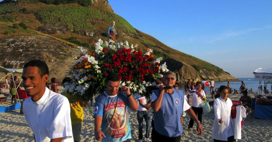 1.jul.2012 - Cariocas fazem neste domingo (1) procissão em homenagem a São Pedro, na praia do Recreio dos Bandeirantes, no Rio