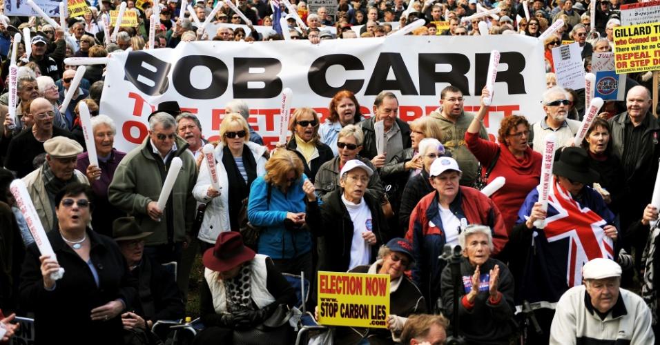1º.jul.2012 - Centenas de australianos vão às ruas para protestar contra o imposto sobre o carbono, em Sydney, na Austrália