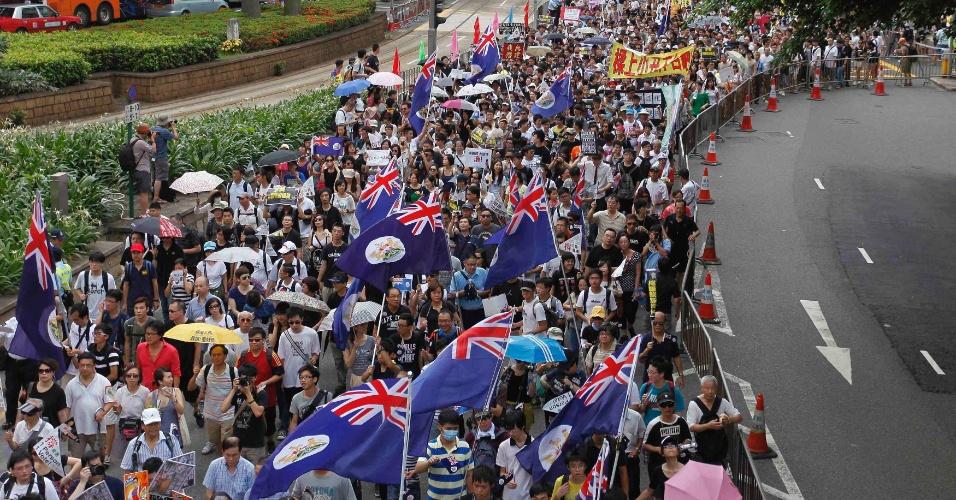 1º.jul.2012 - Centenas de chineses vão às ruas de Hong-Kong para protestar contra a eleição do novo Chefe do Executivo da cidade, Leung Chun-Ying, no dia em que a cidade completa 15 anos sob domínio da China