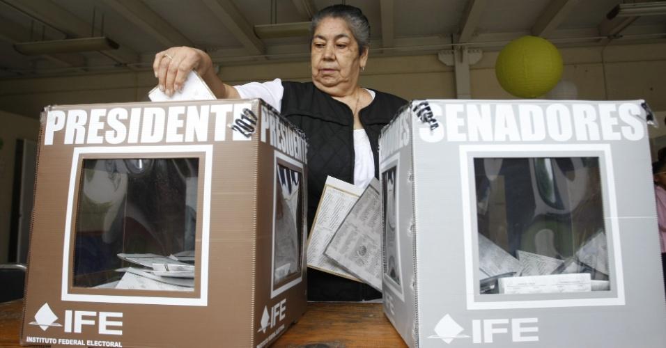 1º.jul.2012 - Cidadãos mexicanos votam neste domingo (1º) em Puebla (México). Eles elegem um novo presidente, 128 senadores e 500 deputados federais e definem centenas de outros cargos públicos, para um total de 2.127 cargos eletivos