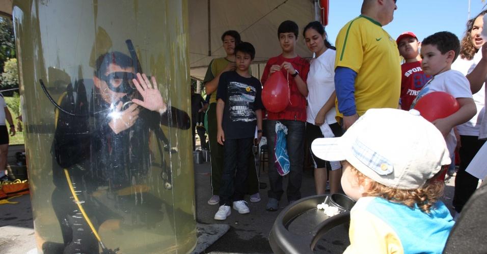 1º.jul.2012 - Criança participa de atividade no Parque da Independência em São Paulo (SP); diversas atrações estão programadas para celebrar o Dia do Bombeiro, como exposição de viaturas antigas e shows musicais