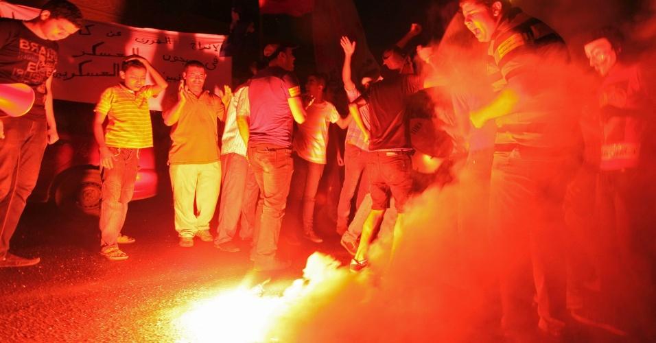 1.jul.2012 - Egípcios protestam em frente ao palácio presidencial no Cairo, capital do país, para pedir que o governo liberte prisioneiros políticos presos durante os últimos 18 meses durante o regime de Hosni Mubarak