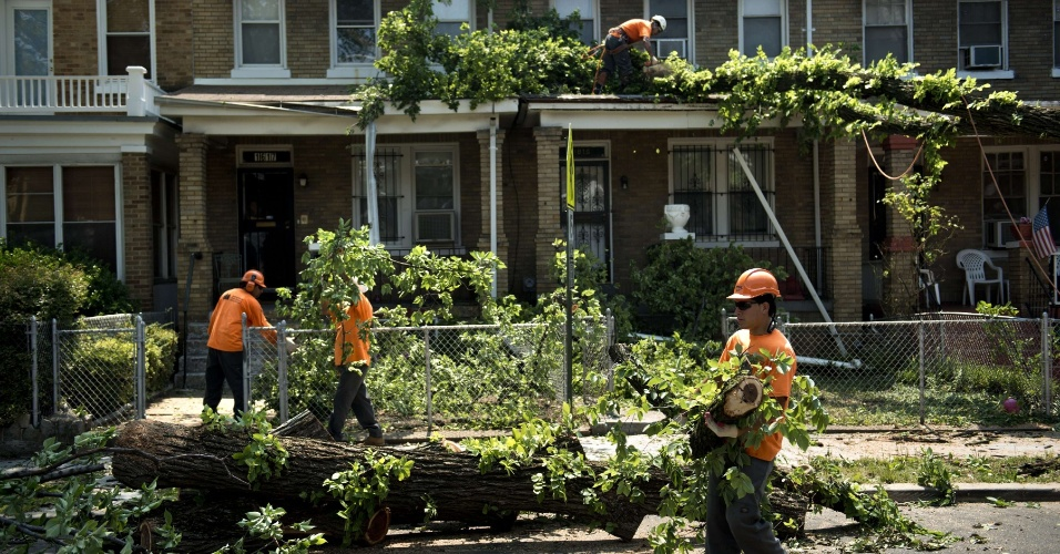 1º.jul.2012 - Equipe retira árvores caídas após tempestade em Washington (EUA); a tempestade atingiu a região no sábado (30), deixando ao menos 11 mortos e 3,7 milhões de residências sem energia elétrica