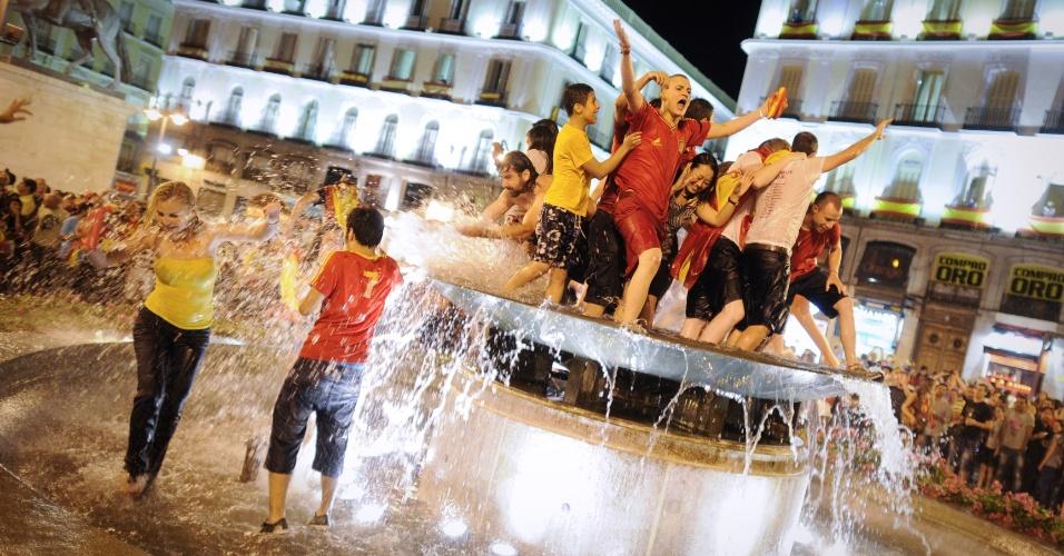 1.jul.2012 - Espanhóis invadem uma fonte em Madri para celebrar o bicampeonato na Eurocopa, conquistado por 4 a 0 sobre a Itália neste domingo (01)