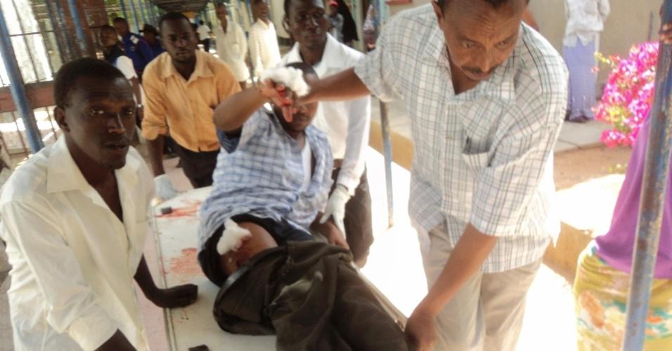 1º.jul.2012 - Ferido durante um ataque em igreja é transportado para o hospital em Garissa (Quênia); pelo menos 16 pessoas morreram em ataques com granadas e tiros contra duas igrejas, durante a realização das missas
