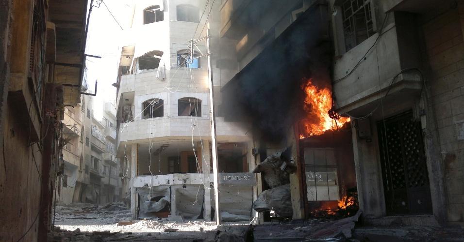 1º.jul.2012 - Fogo atinge prédio após bombardeio em Homs, na Síria; o Conselho Nacional Sírio (CNS), principal órgão da oposição síria no exílio, rejeitou neste domingo (1º) a proposta sugerida por um grupo de países para formar um governo transitório com representantes do regime e da oposição na Síria