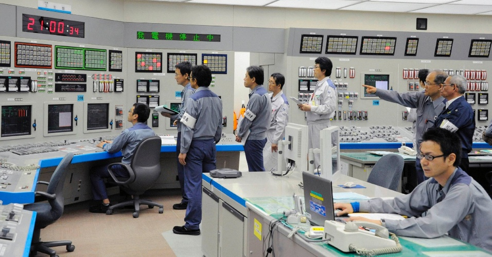1º.jul.2012 - Funcionários da Kansai Electric Power monitoram o início das operações da usina nuclear da cidade japonesa de Oi, que iniciou neste domingo (1º) a reativação do reator 3 da usina, o que põe fim à suspensão das atividades atômicas que estava vigente no Japão desde 5 de maio