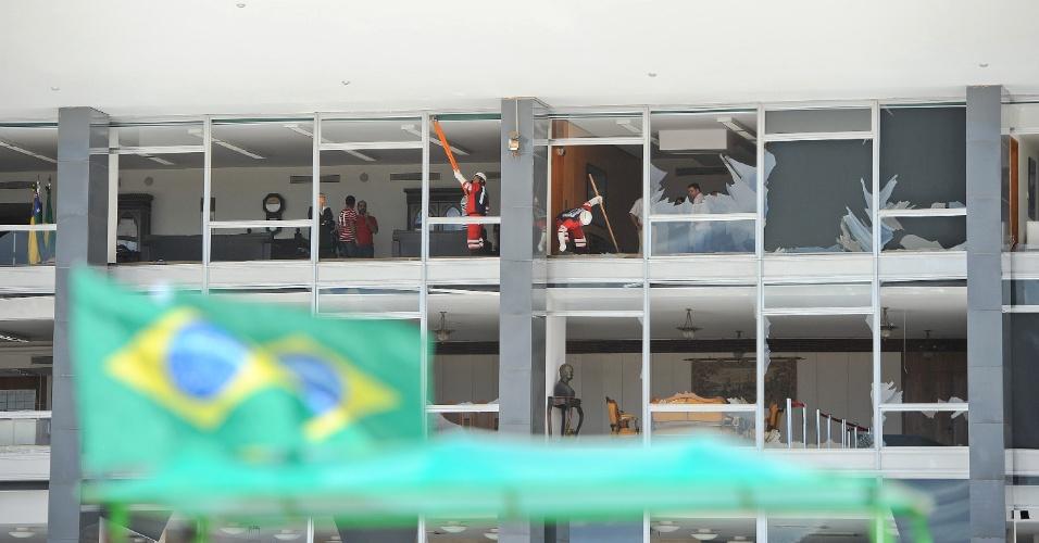 1º.jul.2012 - Funcionários iniciam a limpeza dos vidros quebrados na fachada do STF, neste domingo, 1, em Brasília, DF. Durante uma apresentação da esquadrilha da fumaça na solenidade da troca da bandeira na praça dos três poderes, em Brasília, um caça passou em voo rasante sobre o local e a vibração quebrou as vidraças da parte frontal do prédio do Supremo Tribunal Federal.